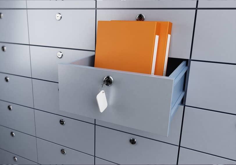Coffre-fort d'une banque ouvert laissant apparaître son contenu