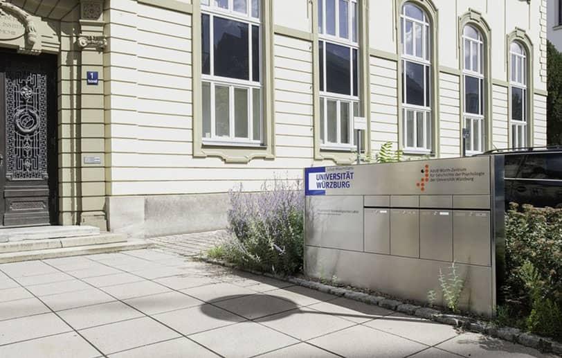 Boîtes aux lettres résidentielle à l'entrée d'un immeuble