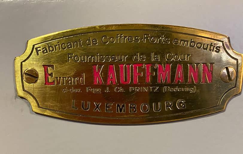 Plaque métallique dorée coffre-fort Kauffman