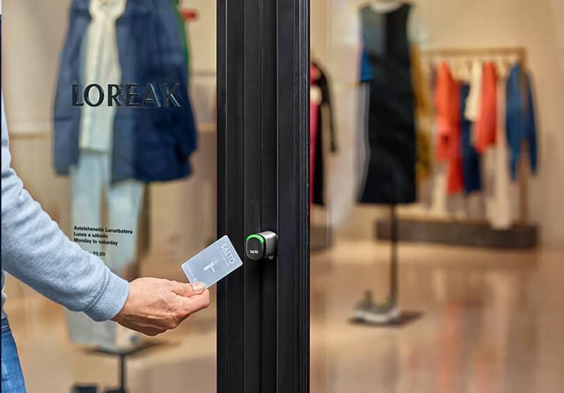 Sécurisation de l'entrée d'un magasin grâce à un lecteur de carte SALTO