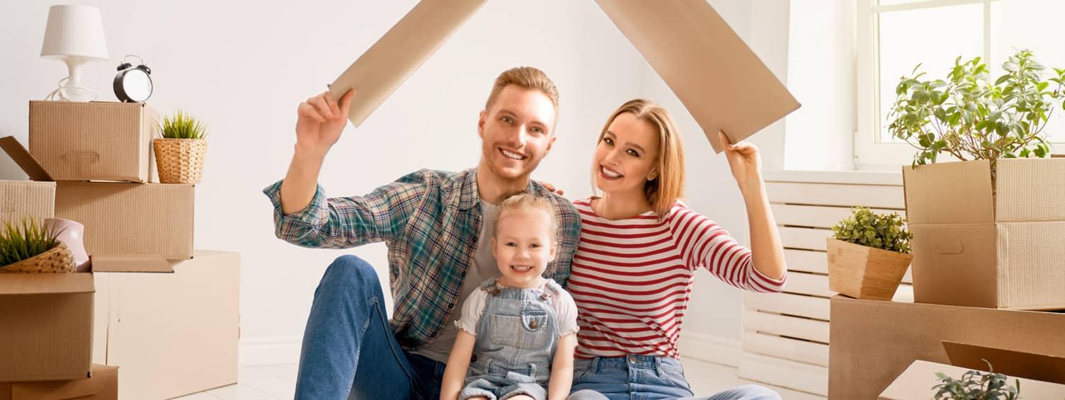 Image d'une famille venant d'emménager dans sa nouvelle habitation afin d'illustrer les solutions de système de sécurité adaptées aux particuliers