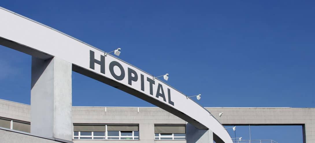 Image de la devanture d'un hôpital, pouvant bénéficier de solutions de systèmes de sécurité adaptées