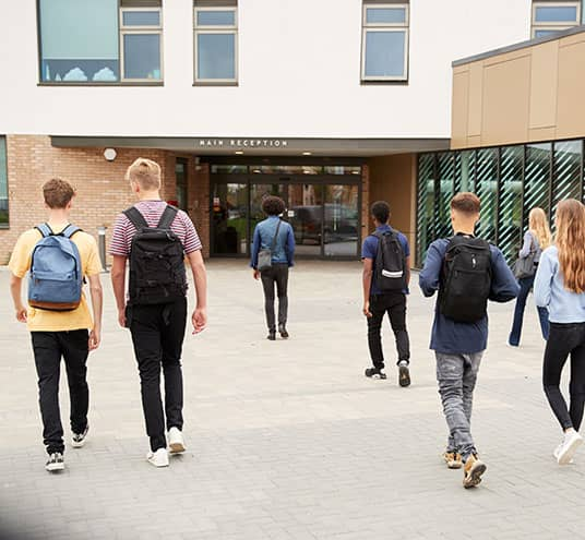 Image d'une cour d'école, infrastructure pouvant être aménagée de manière à garantir une sécurité optimale pour tous et toutes