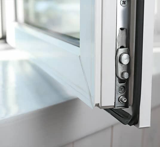 Protection anti-intrusion à l'aide de fenêtre adaptée